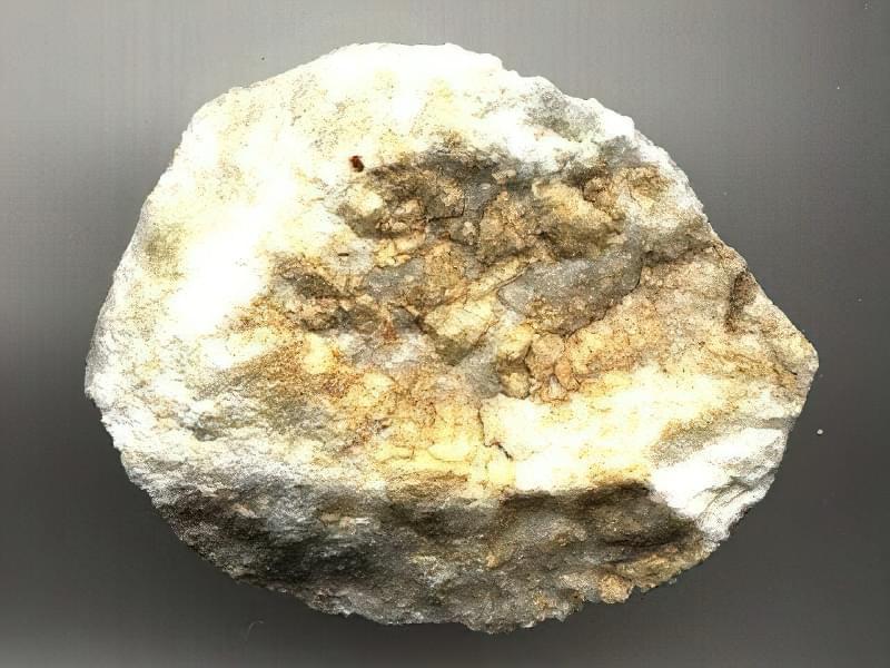 Доломітове борошно виробляють з доломіту, карбонатного кристалічного мінералу