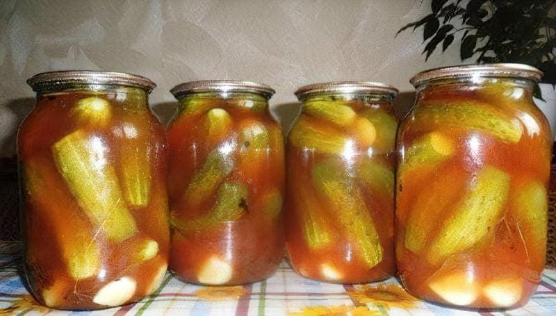 Швидке засолювання огірків в банках в томатному соку