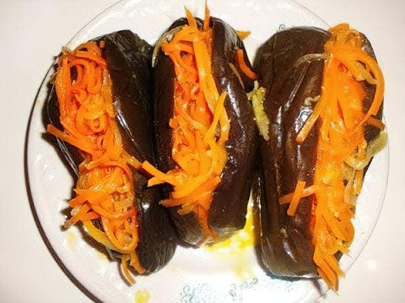 Мариновані фаршировані баклажани з морквою