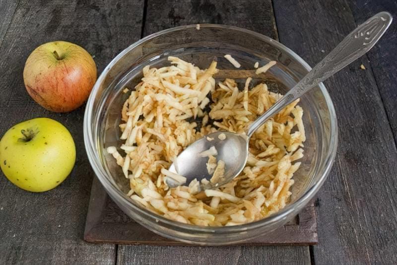 Дієтичні сирники з яблуками 2
