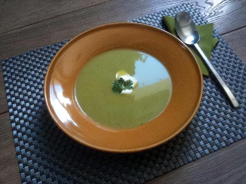 Літній суп із зеленого горошку