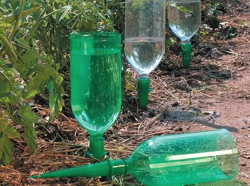 Як зробити крапельний полив своїми руками з пластикових пляшок 5
