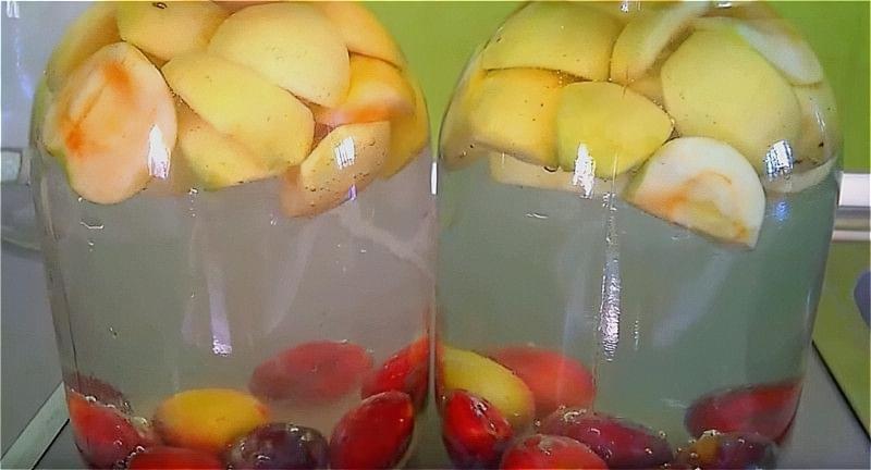 складаємо яблука і сливи в банку і заливаємо холодною водою