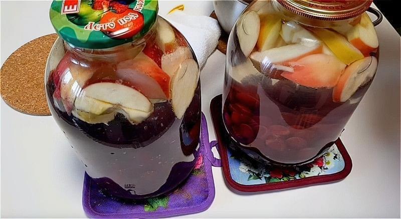Яблука і вишню кладемо в банку і заливаємо окропом