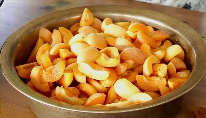 абрикоси моєму і очищаємо від кісточок