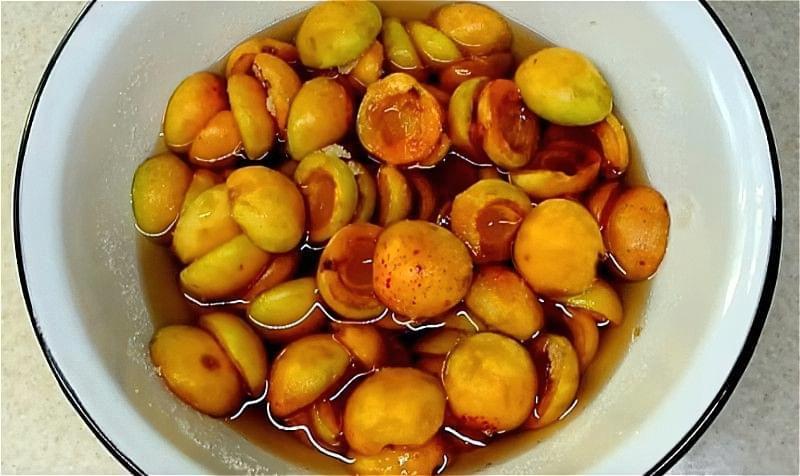 абрикоси пересипаємо цукром і залишаємо настоятися