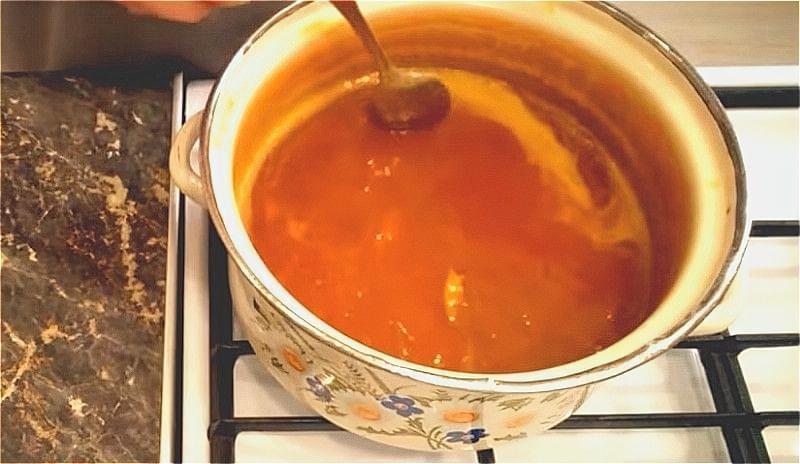 варимо абрикосове варення 15 хвилин, додаючи лимонну кислоту і цукор