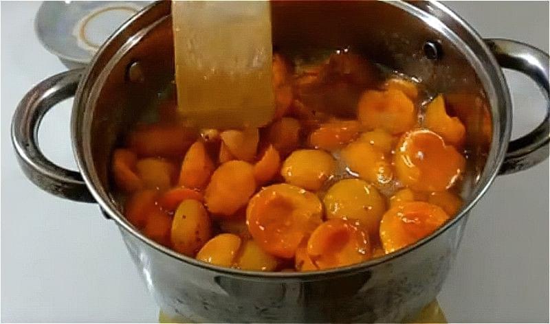 варимо сироп і кладемо туди абрикоси настоюватися