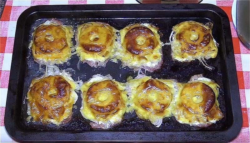 Свинина по-французьки з ананасом і сиром