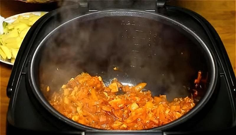 обсмажуємо і тушкуємо овочі в мультиварці для розсольнику
