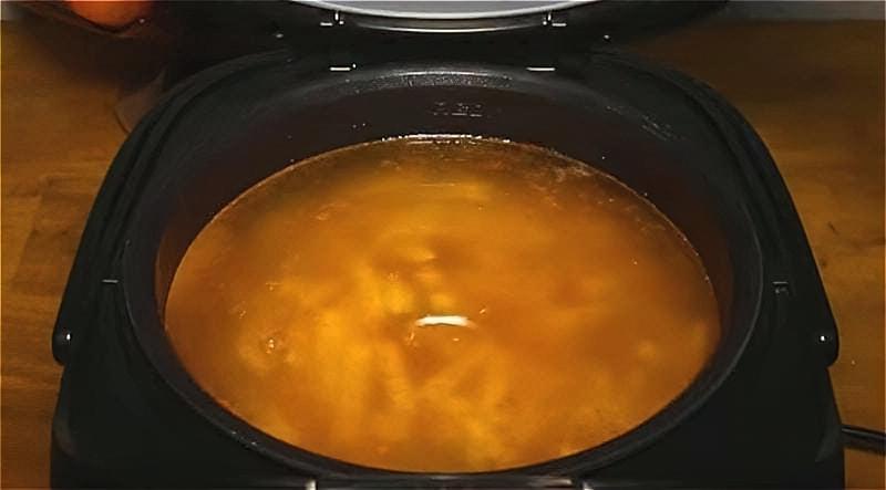 заливаємо продукти водою і включаємо мультиварку для варіння розсольнику