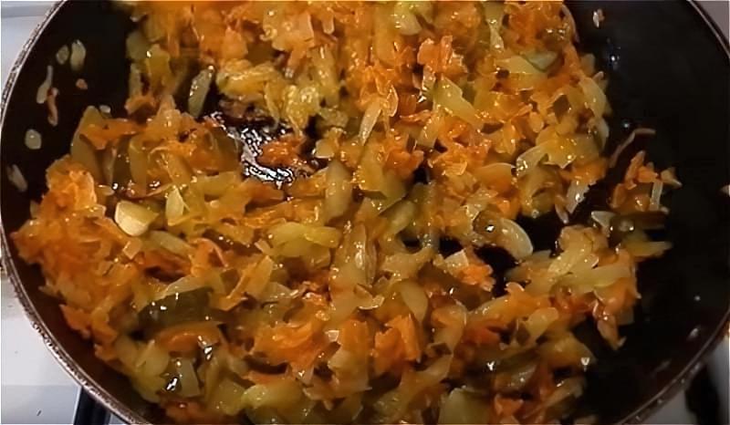 обсмажуємо і тушкуємо цибулю, моркву і огірки
