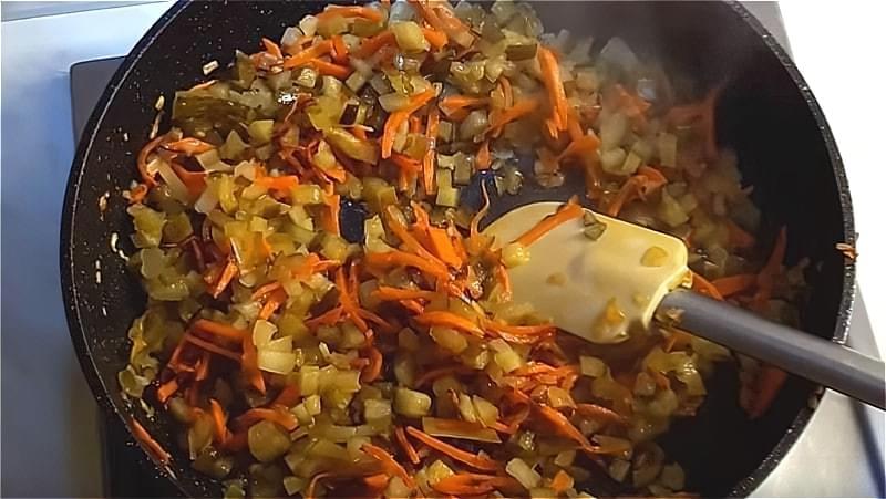 обсмажуємо моркву, цибулю і солоні огірки