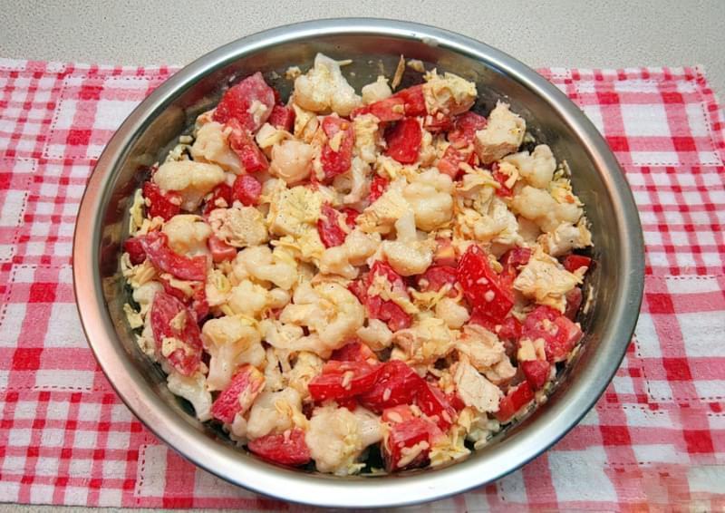 Фото Приготування рецепта: Салат з куркою, помідорами і цвітною капустою 12