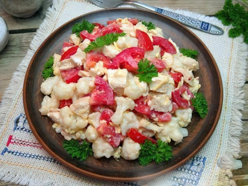 Салат з куркою, помідорами і цвітною капустою 1