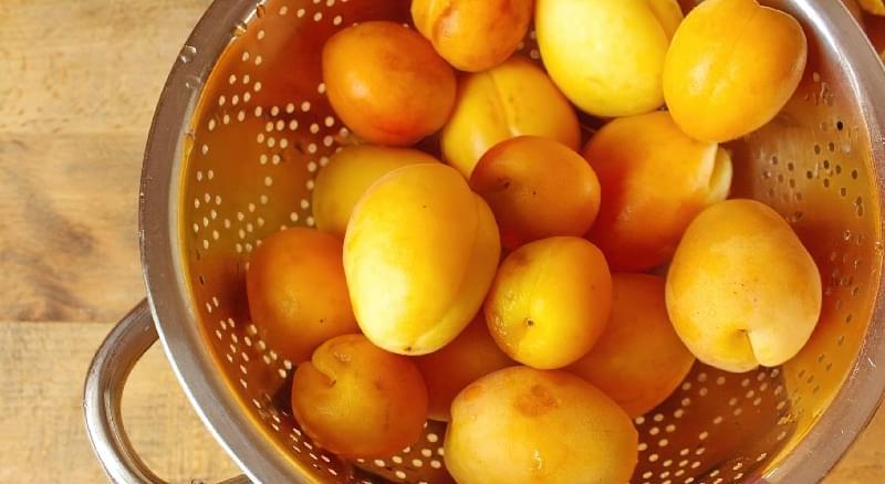 Найкраще дати стекти воді, потримавши фрукти в друшляку