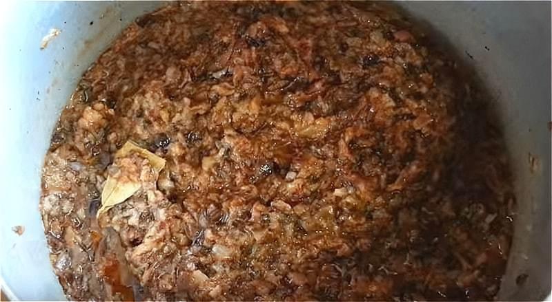 подрібнюємо опеньки через м'ясорубку і додаємо до них цибулю в маслі і томатному соусі