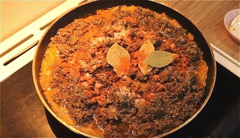 тушкуємо ікру з опеньків з морквою і цибулею 2 години