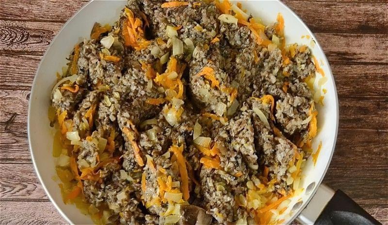 обсмажуємо цибулю, моркву і грибний фарш