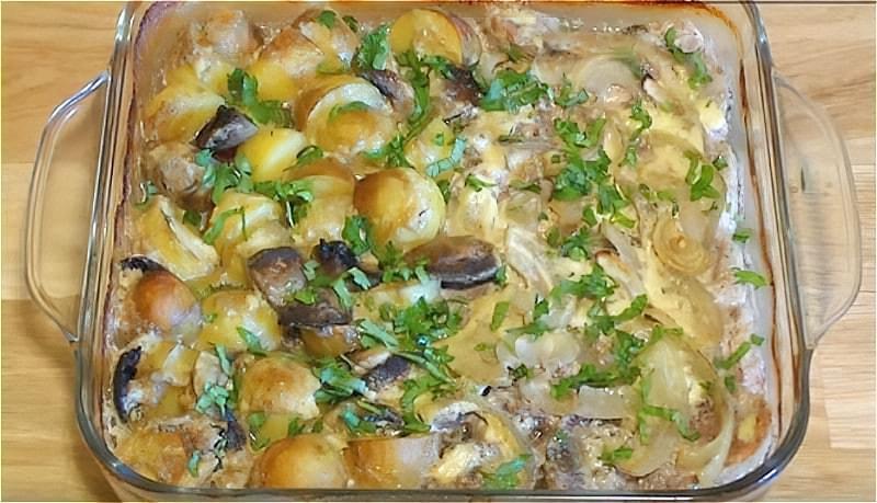 картопля з м'ясом і грибами в духовці
