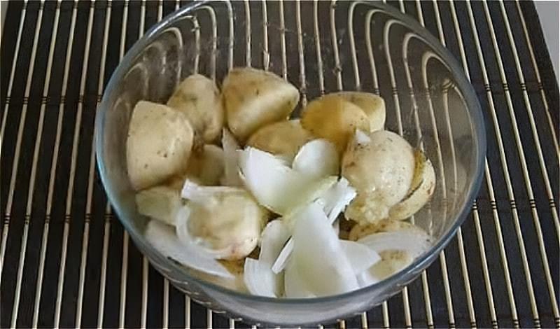 нарізаємо картоплю , цибулю і змішуємо з часником