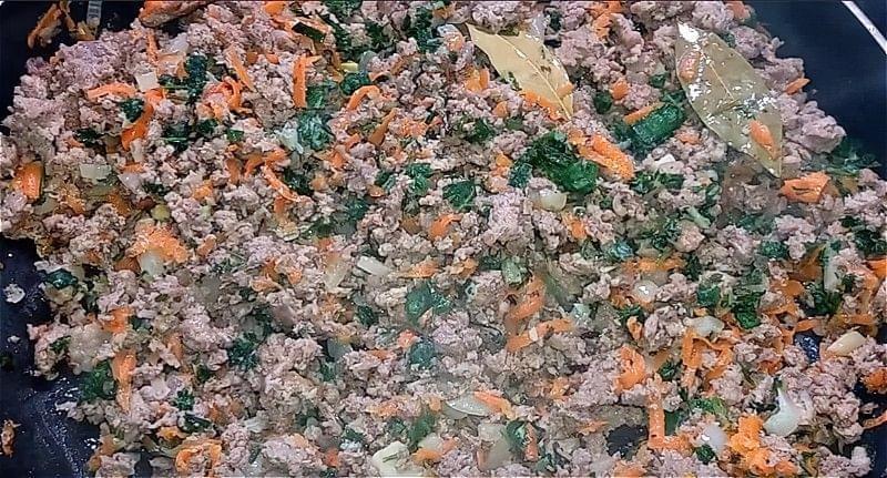 обсмажуємо цибулю і моркву з фаршем і зеленню