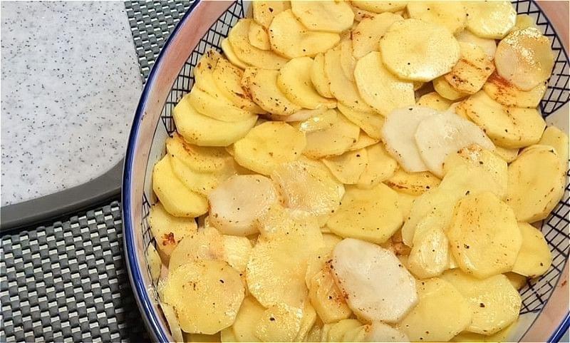 нарізаємо картоплю кружечками і укладаємо в форму
