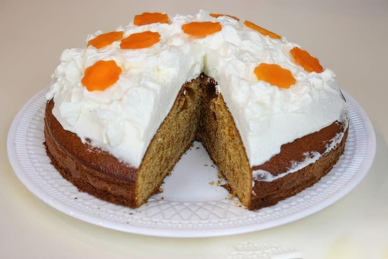 Морквяний пиріг з прянощами і збитими вершками 13