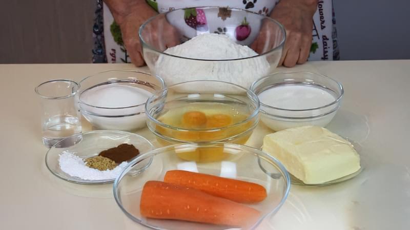 Морквяний пиріг з прянощами і збитими вершками 1