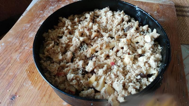 Пісочний пиріг зі сливами і яблуками 11