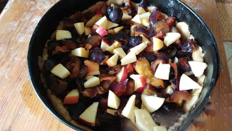 Пісочний пиріг зі сливами і яблуками 10