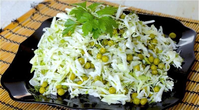 салат зі свіжої капусти і зеленого горошку