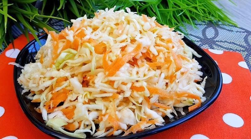 салат зі свіжої капусти і моркви, як в їдальні