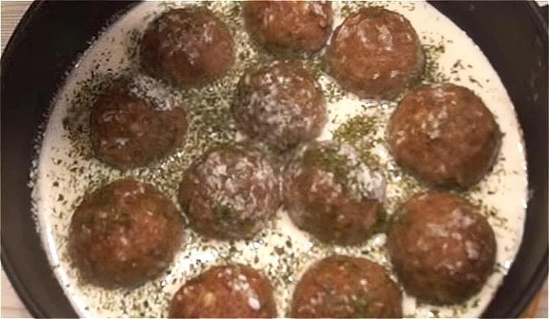 тушкуємо тефтелі без рису в сметанному соусі