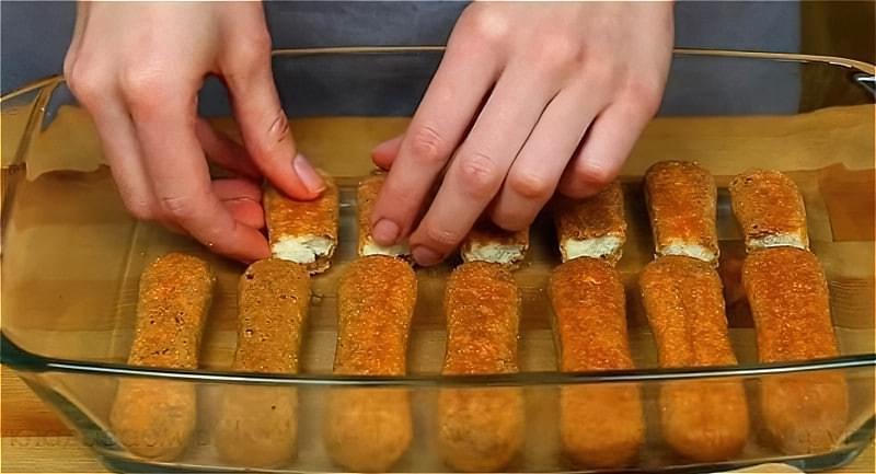змочуємо печиво в форму і укладаємо в форму