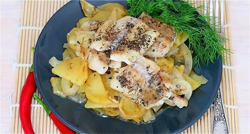 минтай в духовці з картоплею під фольгою