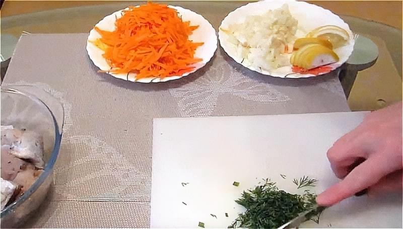 нарізаємо цибулю, моркву, лимон і кріп