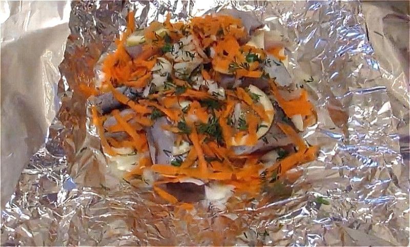 укладаємо минтай з цибулею і морквою в фольгу