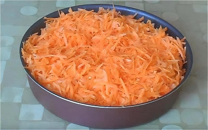викладаємо поверх минтая цибулю і моркву