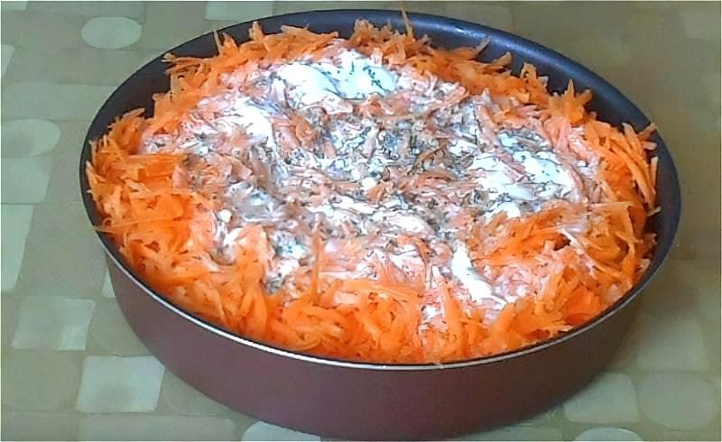 заливаємо минтай сметанним соусом і ставимо в духовку