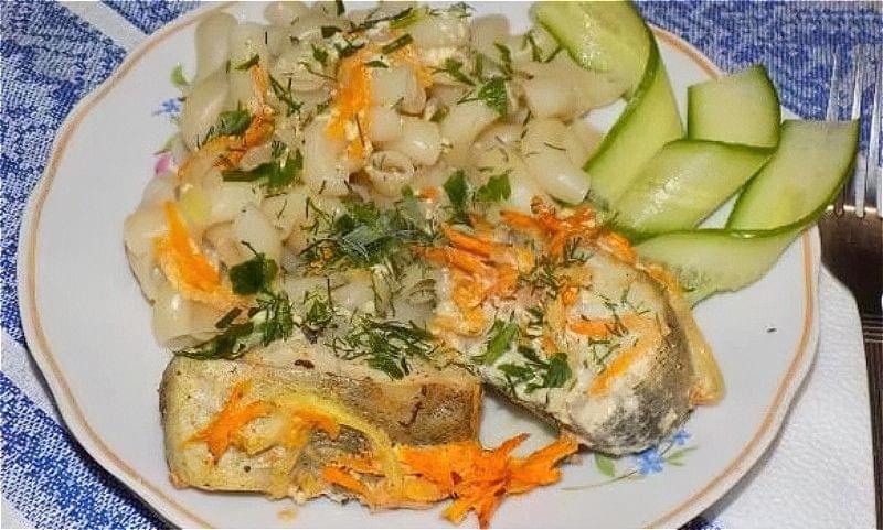 минтай в духовці з морквою і цибулею в сметані
