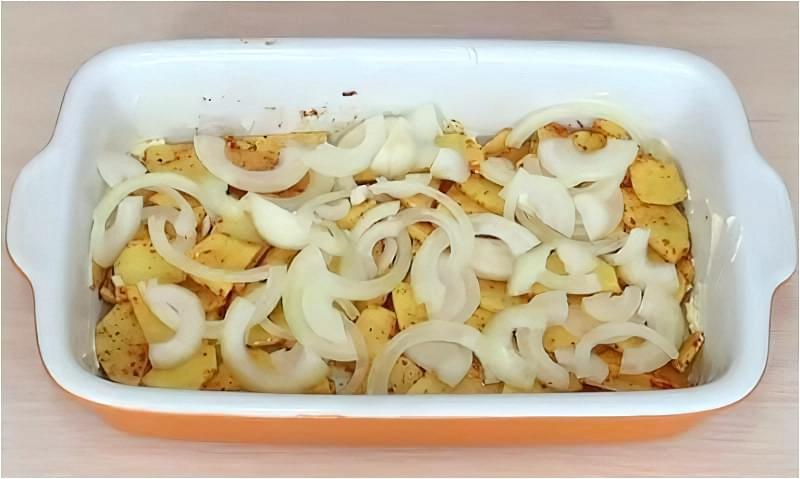 нарізаємо картоплю з цибулею і викладаємо в форму для запікання