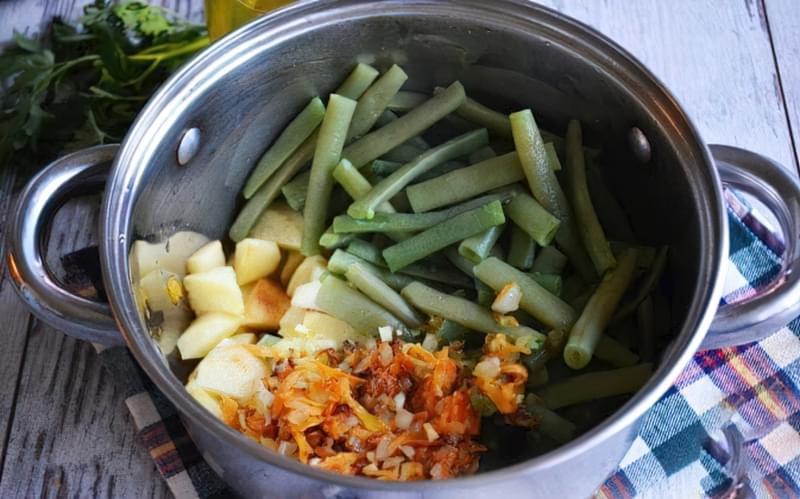 Картопля, тушкована зі стручковою квасолею і помідорами 11