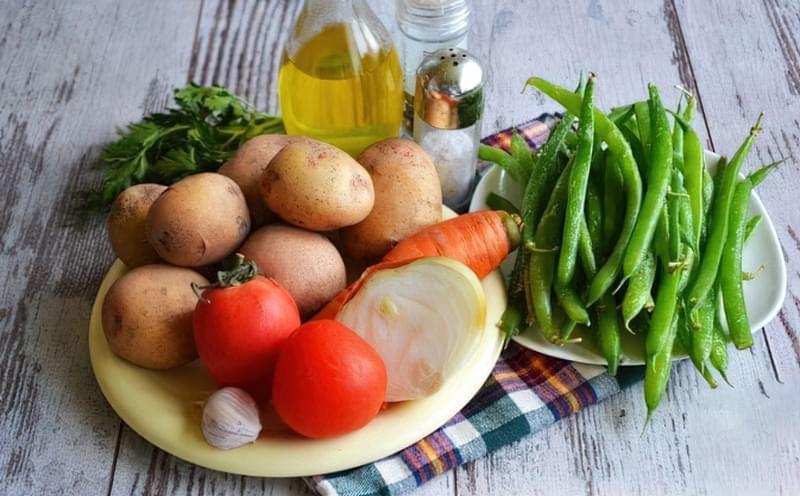 Картопля, тушкована зі стручковою квасолею і помідорами 1