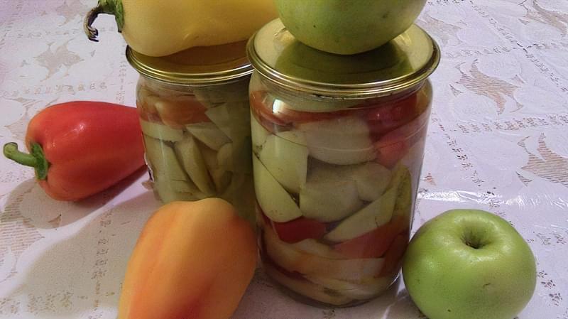Мариновані яблука з болгарським перцем